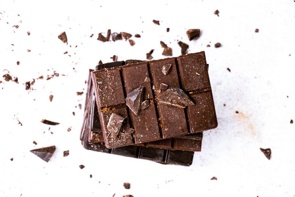 Dunkle Schokolade vor weißem Hintergrund
